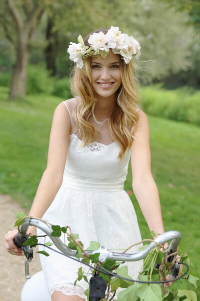Peinado hippie con corona de flores.