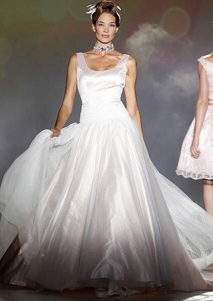 Vestido de noiva com pequenos bordados, de Novia D'Art. Foto: Novia D'Art