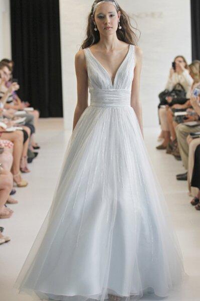 Vestido de novia en color azul claro con volumen en la falda y escote en V