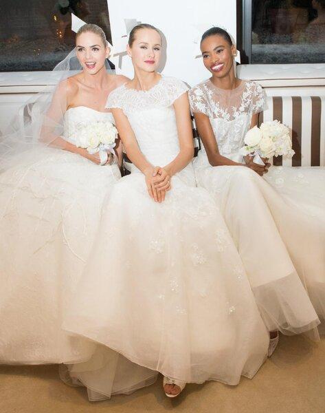 Vestidos de novia con siluetas femeninas, cuellos ilusión, bordados de encaje y escote palabra de honor