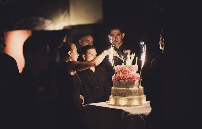 Gâteau couleur ivoire, avec fleurs naturelles et fusées. Crédits: Fran Russo