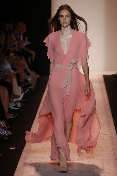 Vestido rosado com tela vaporosa e cintura com laço nude.