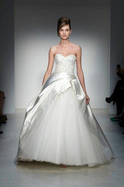 Vestido de novia corte princesa con escote strapless en forma de corazón y falda de tul con capa de satén