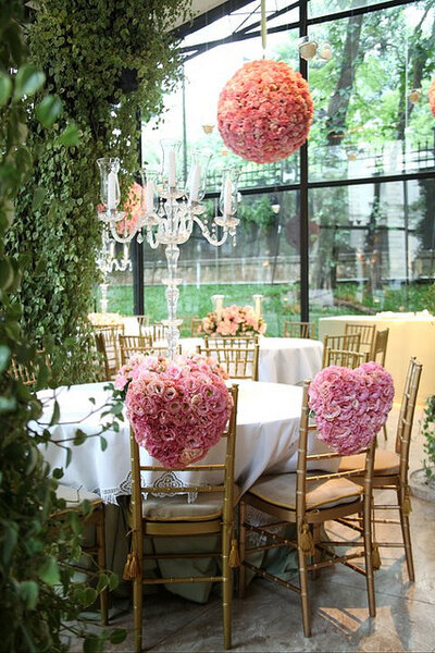 Corazones de flores para decorar las sillas de los novios. Foto: Boutique de Tres Deco
