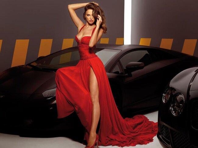Vestido de fiesta largo en color rojo intenso con escote amplio y abertura en la pierna