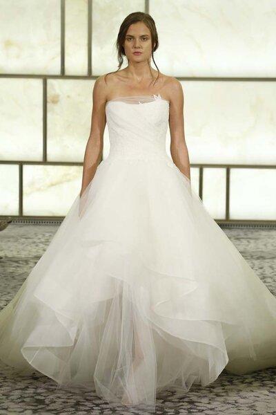 Vestido de novia corte princesa con escote palabra de honor y falda amplia de tul con volantes