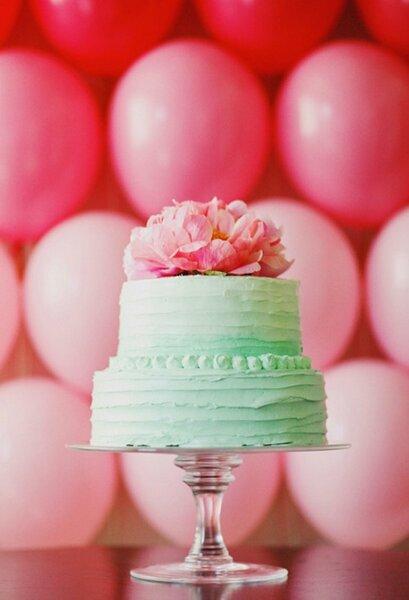 Gâteau de mariage à la menthe surmonté de fleurs roses.