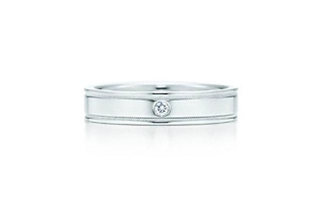 Anillo en platino con diamante brillante redondo y borde milgrain.