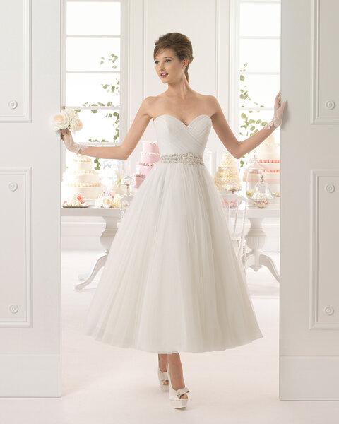 Brautkleid im Petticoat-Stil und Taillenband als Detail