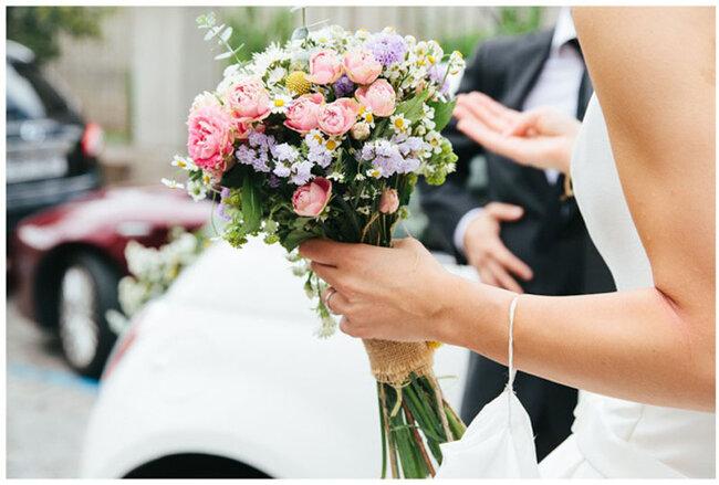 Bouquet con piccoli fiori colorati