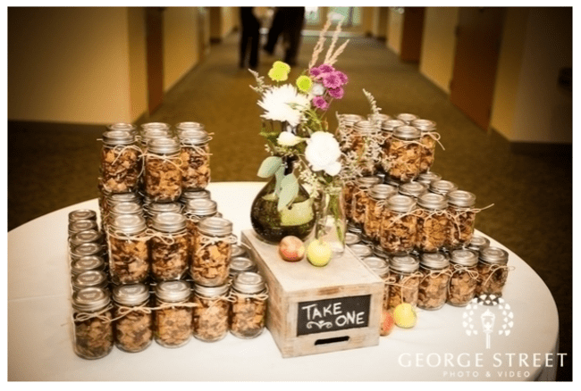 Una mesa de postres con tarros de cristal - Foto: George Street Photo Video