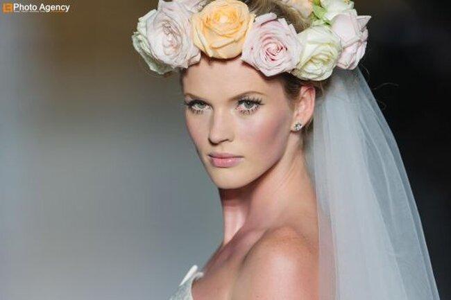 Corona de flores en colores pastel para novia