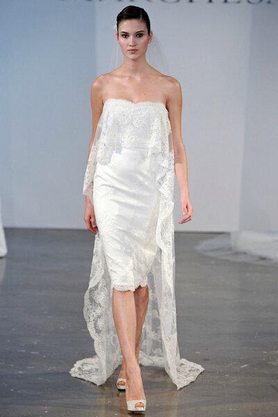 Trägerloses Hochzeitskleid mit Spitzen-Overlay, Marchesa.