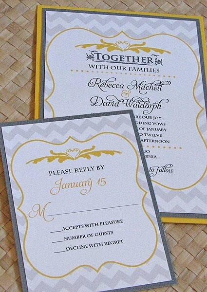 Convite amarelo e cinza com bordas ornamentais. Foto: Leslie's Cardart vía Etsy