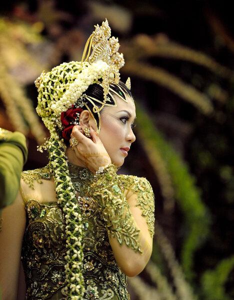 Indonésie : les femmes portent des coiffes et des ornements.