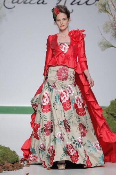 Vestido de fiesta 2014 con estampado de flores en colores iintensos y chaqueta en tono rojo con cauda superpuesta