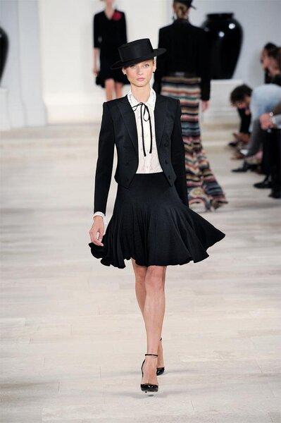 Conjunto de falda y saco en color negro acompañado de blusa blanca con corte clásico