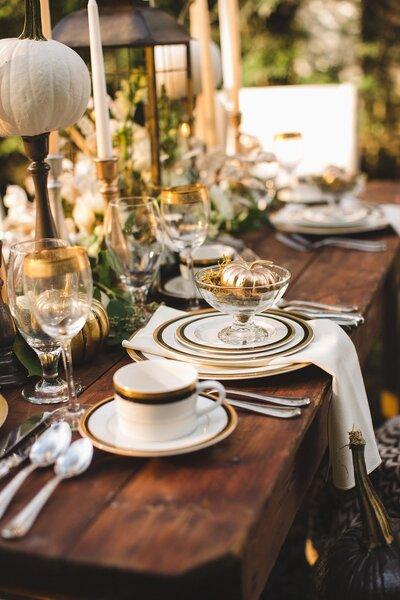 Mesa de banquete decorada en blanco y dorado.
