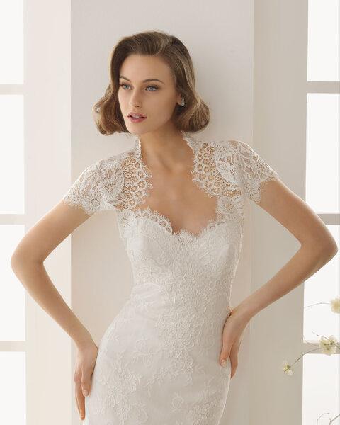 Koronkowe bolerko ślubne z kolekcji Rosa Clara 2013, na zdjęciu z suknią ślubną Dafne