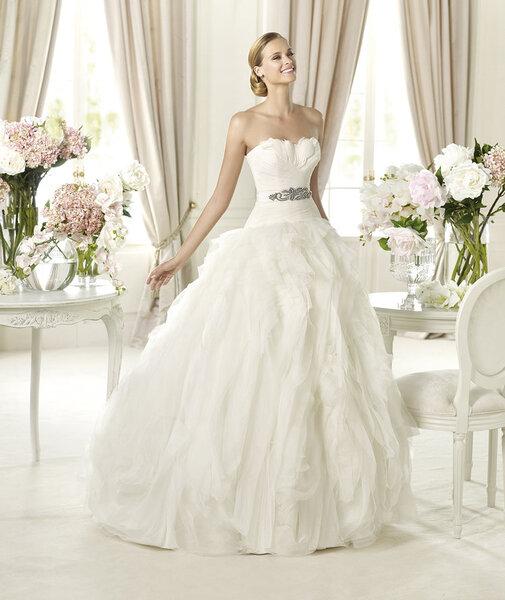 Abiti sposa con piume. Pronovias Collezione 2013. Foto: www.pronovias.com