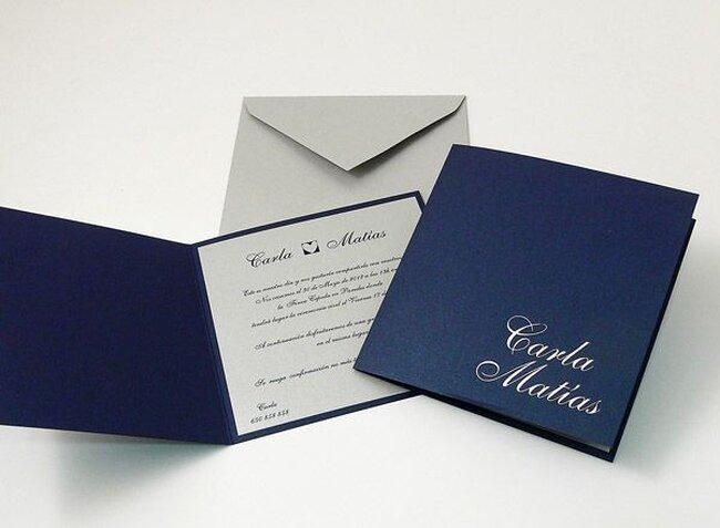 Blaue Hochzeitseinladungen. Foto: verschiedene Hochzeitseinladungen