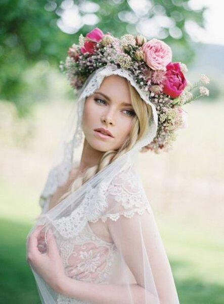 Asombrosa corona de flores para novias elegantes – Foto Greg Finck
