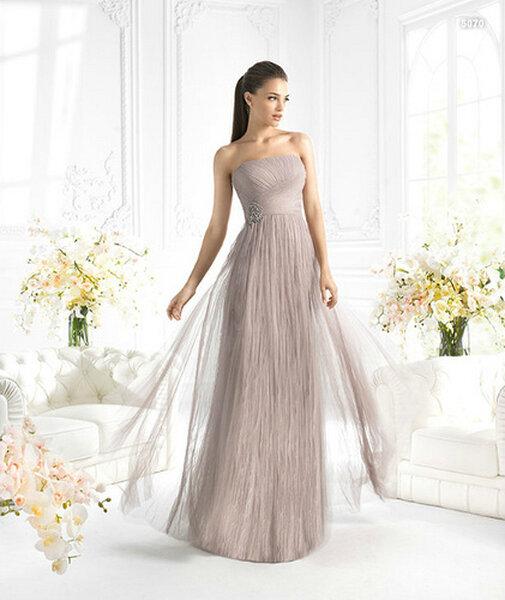 Vestido strapless en color nude para damas de boda