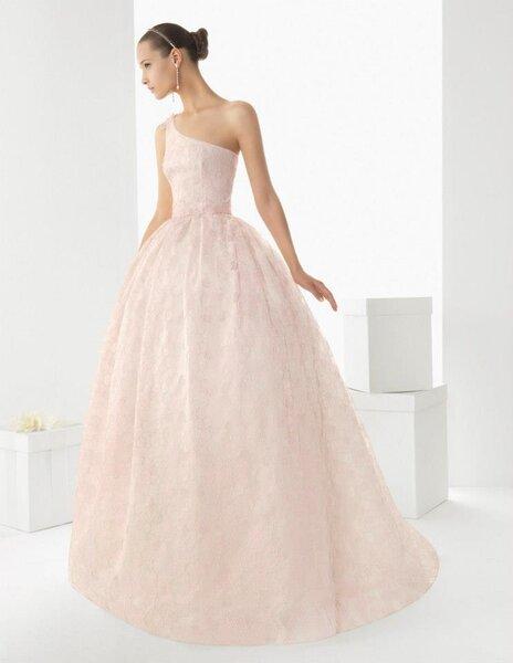 Vestido de novia largo en color rosa pastel con un sólo hombro