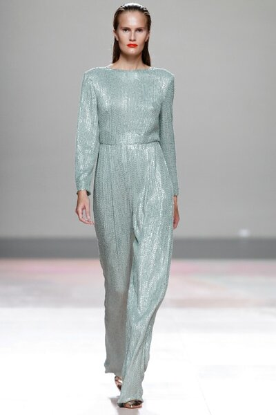 Vestido com manga longa cor menta. De Duyos. Foto: Mercedes Benz Fashion Week Madrid 13