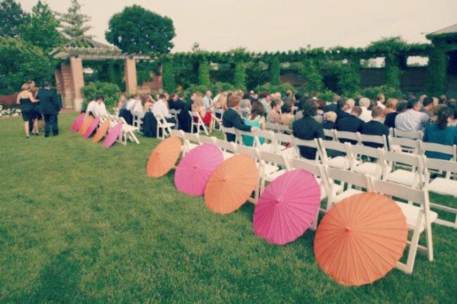 Ceremonia ślubna: dekoracja z parasoli, Foto: Bubbly Bride