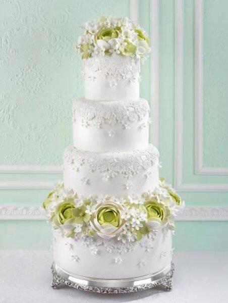 Bolo criado por Cake Haute Couture com detalhes e flores em açucar. Foto: Cake Haute