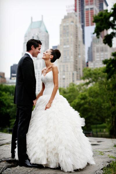 Alegria e romantismo nas fotos dos noivos com a cidade ao fundo