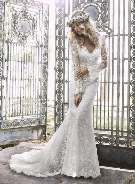 Modelo de vestido de noiva com manga à boca de sino.