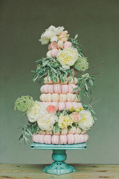 Bolo de casamentocompletamente adornado com macarons