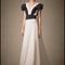 Vestido de novia con cuello uve, mangas cortas y detalles en tono negro para Pre Fall 2014 - Foto Carolina Herrera