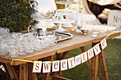 Mesas con bebidas y postres en el matrimonio. ¡Tus invitados estarán encantados!