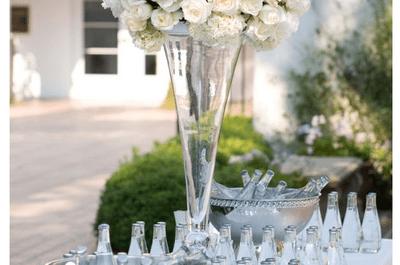 Encanto absoluto: centros de mesa con flores blancas para boda