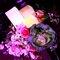Detalle de centro de flores con velas que aportan calidez.