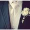 Un boutonnieres con lindas flores blancas y efecto contrastante en las rayas - Foto Our Labor of Love