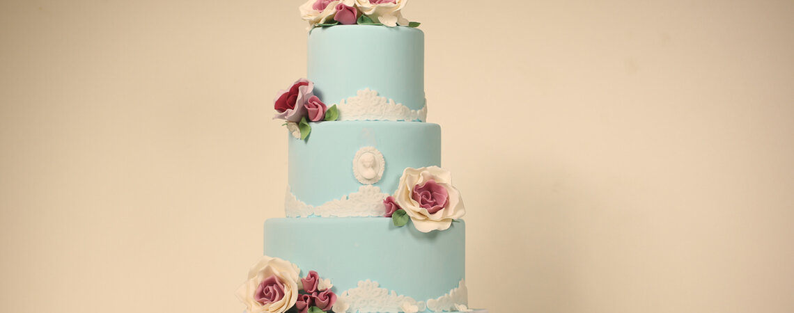 Wedding Cake Tutorials: Decorating with fresh flowers