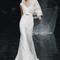 Vestido de novia 2013 con estilo minimalista con tirantes gruesos, escote en V, cinturón discreto y velo a juego