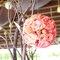 25. Rosas en color anaranjado como motivo de decoración en el banquete
