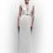 Vestido de novia en color blanco con cinturón y detalle metalizado y escote en V