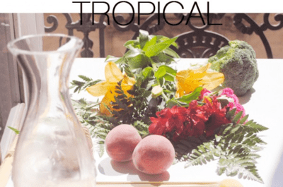 DIY tropical para decorar sua festa: arranjo colorido com flores e frutas