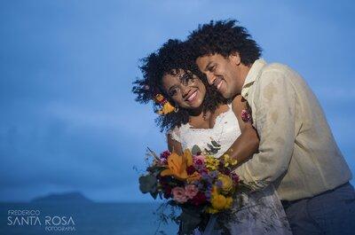 Casamento rústico super colorido na praia de Amanda e Ton: flores tropicais e muito samba em Búzios!