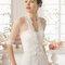 Hochzeits-Kleider: Brautkleid mit langem Jäckchen mit Stickereien am Saum und in der Taille