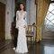 Vestidos de novia con manga larga y aplicaciones.