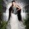 Robe de mariée au décolleté asymétrique - Photo: Jordi Dalmau