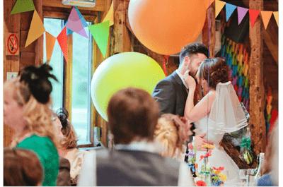 El arcoíris jamás había sido tan romántico: Inspírate en la mezcla de colores de esta Real Wedding