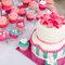 Pastel deboda y cupcakes.